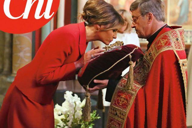 Melania Trump bacia la corona di spine di Cristo, è la prima first lady cattolica dopo Jackie Kennedy