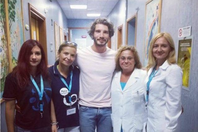 Stefano De Martino nel reparto di oncologia a Napoli