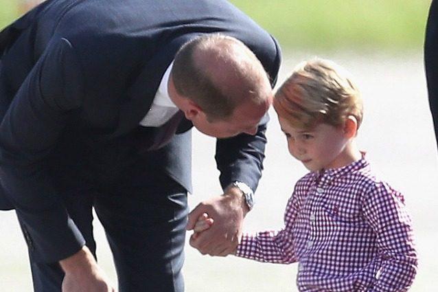 Gli psicologi spiegano perché William si china quando deve parlare con George