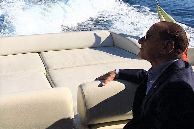 Avaria in mare allo yacht: Berlusconi arriva in ritardo a Ischia