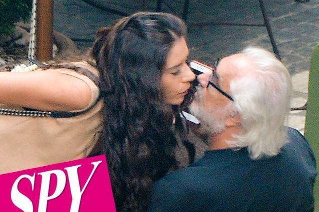 Flavio Briatore vicino a una donna bruna che non è la Gregoraci, ma le assomiglia