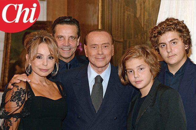 Berlusconi in Russia per il compleanno di Putin: un copripiumino in regalo
