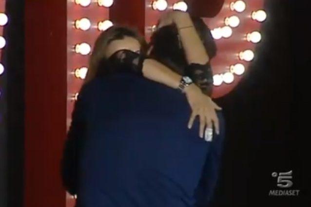 Roberta Floris spezza l'aplomb di Flaherty, si baciano a lungo e il pubblico rumoreggia
