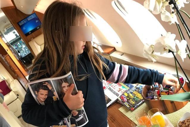 """La moglie di Bonolis sull'aereo privato che ai figli non piace """"Preferiscono dove c'è gente"""""""