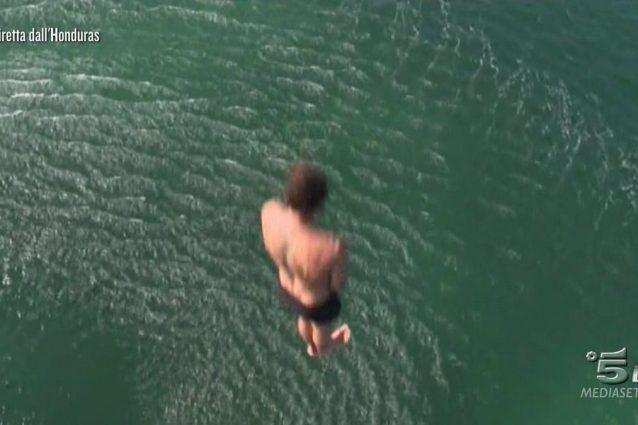 Stefano De Martino si getta in mare dall'elicottero