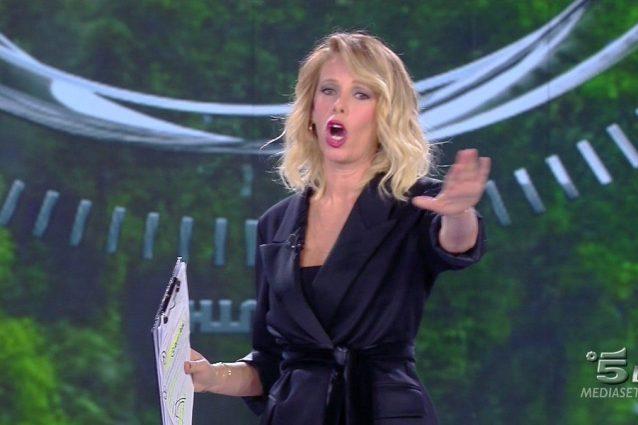 """Francesca Cipriani isterica, la Marcuzzi la bacchetta: """"Torna sull'elicottero e buttati"""""""