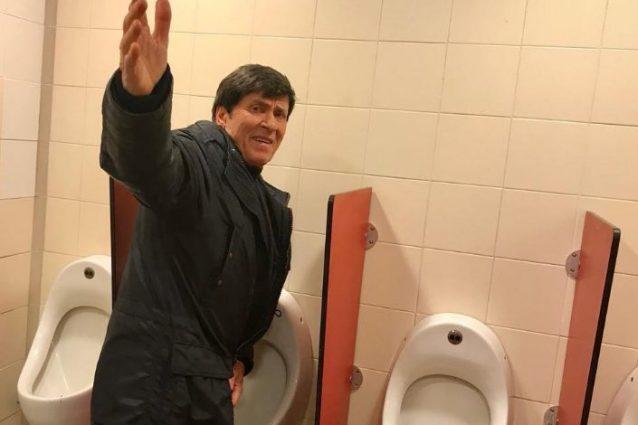 Gianni Morandi: foto in un bagno pubblico, è polemica sui social