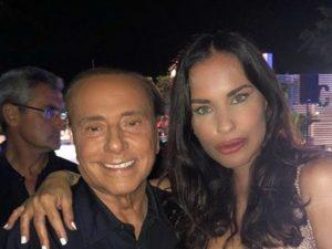 """Antonella Mosetti e Silvio Berlusconi, piovono insulti: """"Rosiconi, falliti, vi denuncio tutti!"""""""