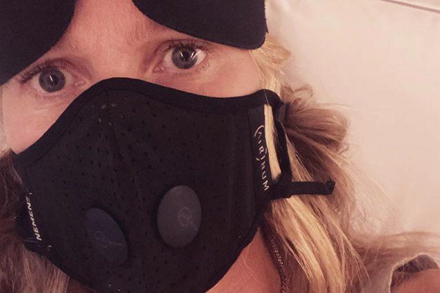 Gwyneth Paltrow e la paura del Coronavirus, in volo con la m