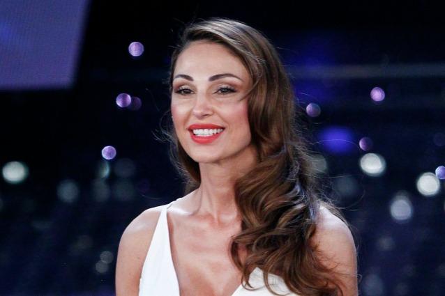 Anna tatangelo annuncia condurr 39 i migliori anni 39 al for Seni diversi