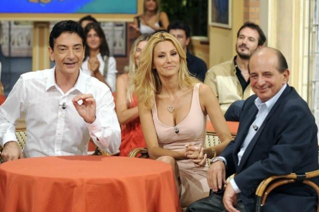 Paolo Fox rincuora Adriana Volpe con dei fiori in diretta dopo l'attacco di Magalli