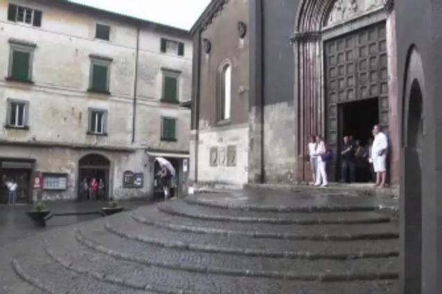 Applausi all'arrivo della bara di Anna Marchesini, Solenghi e Lopez vicini al feretro