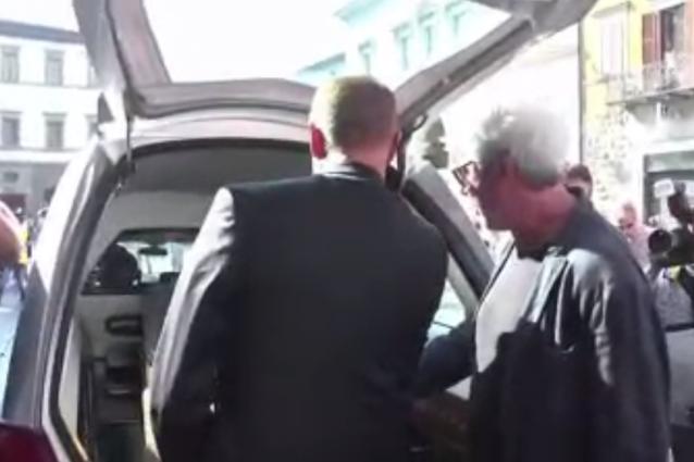 Solenghi e Lopez baciano la bara di Anna Marchesini all'uscita della chiesa