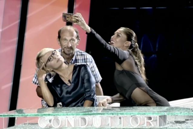 """Maria De Filippi e i selfie: """"Società dell'immagine? Non voglio essere una Vip per voi"""""""