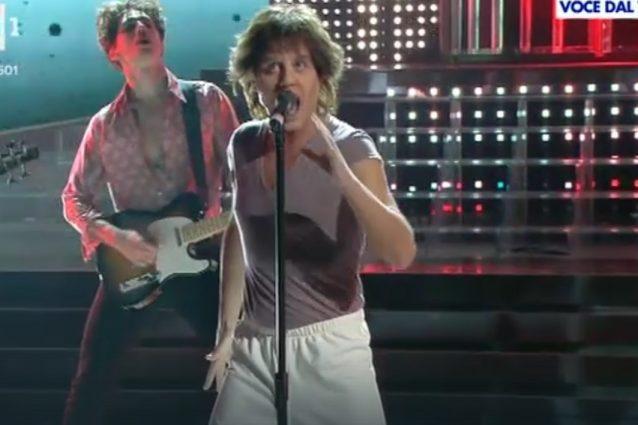 """Enrico Papi è Mick Jagger, Amendola sempre spietato: """"Sembri Paperoga"""""""