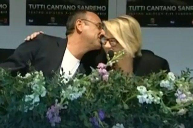 Carlo Conti si commuove in conferenza stampa a Sanremo, l'abbraccio di Maria De Filippi