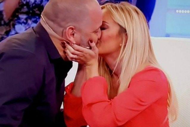 Elena Morali e il fidanzamento in tv, Gianluca Fubelli le dà l'anello con la benedizione di Barbara D'Urso