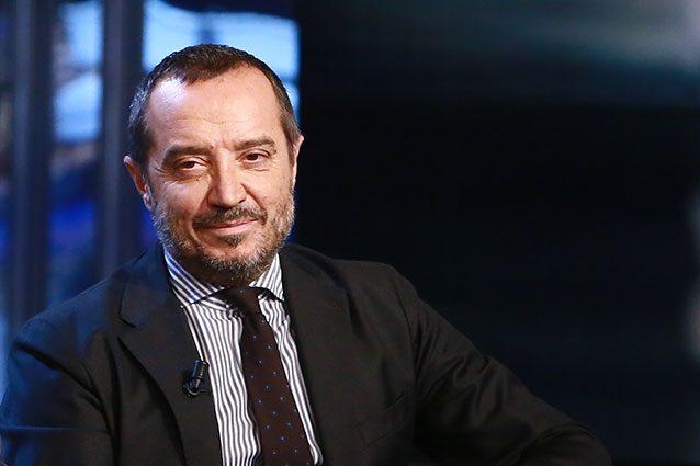 """Franco Di Mare rinvia il ritorno alla conduzione: """"La schiena dà ancora problemi"""""""