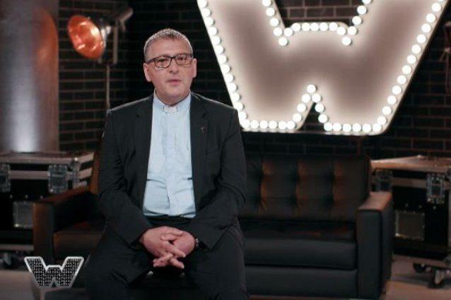 Don Giuseppe è il prete che rifiuta 20mila euro per cantare in tv e viene spedito a casa