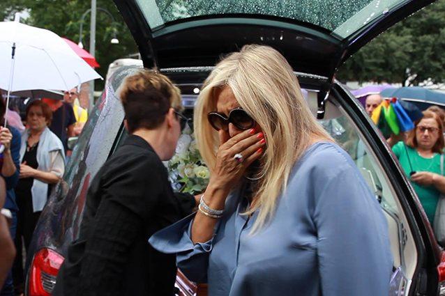 Mara Venier in lacrime ai funerali di Paolo Limiti.