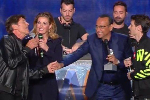 Gianni Morandi e Fabio Rovazzi sul palco dei Wind Music Awards 2017.