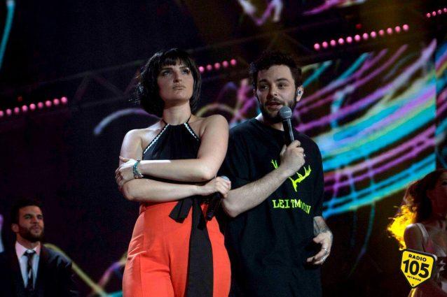 """""""L'esercito del selfie"""", Arisa e Lorenzo Fragola infiammano lo show"""