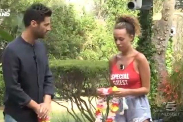 """Sara chiede il confronto immediato con Nicola, lui è sorpreso: """"Che ho fatto?"""""""