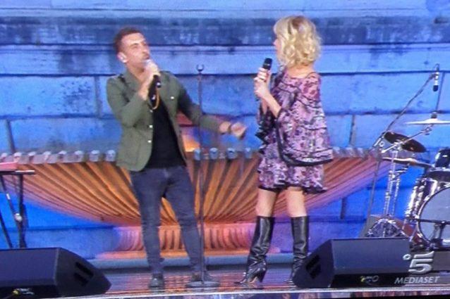 """Stivali d'estate per Alessia Marcuzzi: """"Ma come fai?"""""""