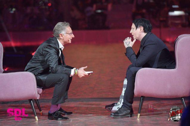 """Marilyn Manson: """"Una signora grassa mi ha aggredito in Vaticano"""". E sputa sul palco"""