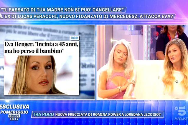 Aida Nizar fuori di seno a Pomeriggio Cinque: imbarazzo in diretta tv
