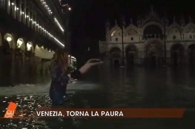 """Venezia allagata, uomo si tuffa a Piazza San Marco durante Quarto Grado. Nuzzi: """"Sarà uno straniero"""" - Tv Fanpage"""