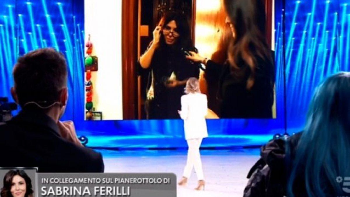 Maria De Filippi Smaschera Sabrina Ferilli Amici 2020 A Casa Della Star Non Ci Guardi Bugiarda