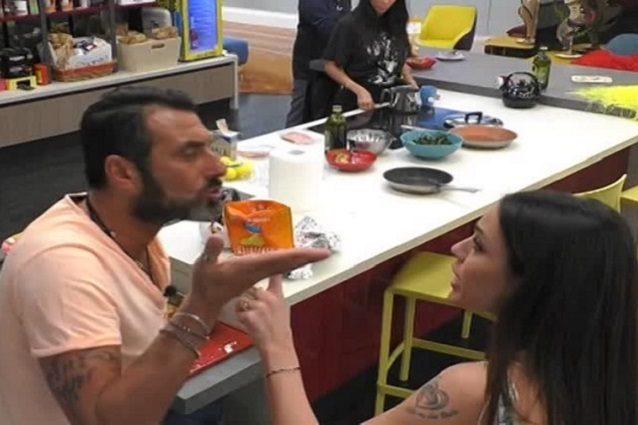 """Rissa al GF Vip tra Sossio e Teresanna: """"Mi hai chiamato can"""
