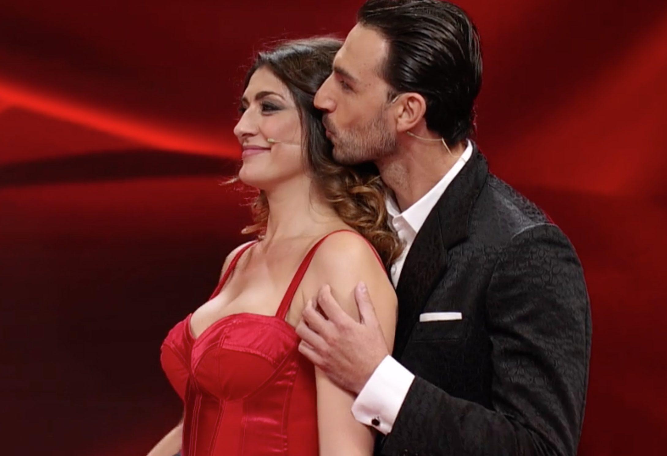 Elisa Isoardi e Raimondo Todaro di nuovo insieme a Ballando con le stelle,  la foto del bacio