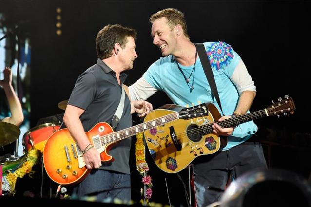 Michael J. Fox e il Parkinson, il ritorno sul palco suonando con i Coldplay