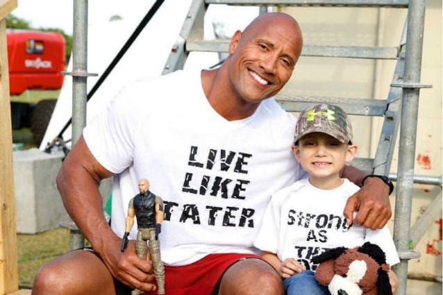 """Dwayne Johnson ricorda un piccolo fan morto di cancro: """"Ora ha le sue ali da angelo"""""""