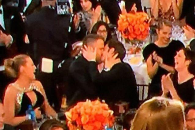 Golden Globe 2017, il bacio tra Andrew Garfield e Ryan Reynolds diventa virale