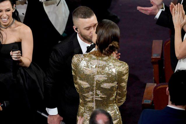 Justin Timberlake apre gli Oscar 2017, il bacio con Jessica Biel