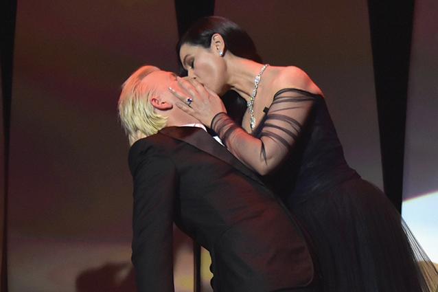 Il bacio di Monica Bellucci ad Alex Lutz apre il Festival di Cannes 2017