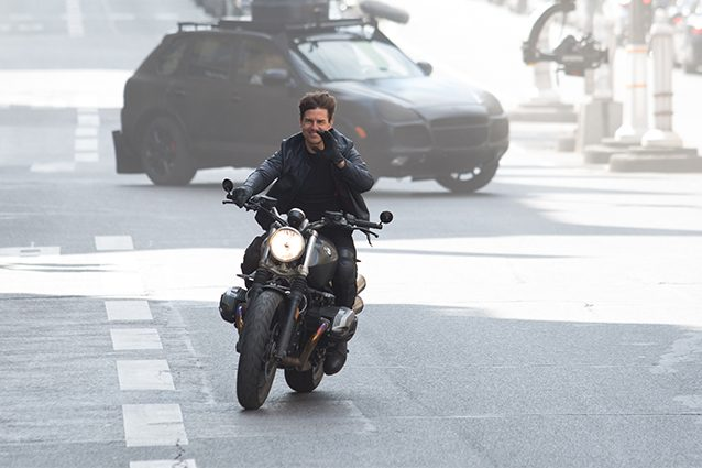 """Tom Cruise sul set di """"Mission Impossible 6"""", in moto senza casco"""