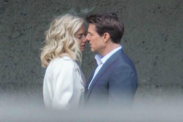 Tom Cruise e il bacio con una misteriosa bionda, ma è solo la prossima Mission Impossible
