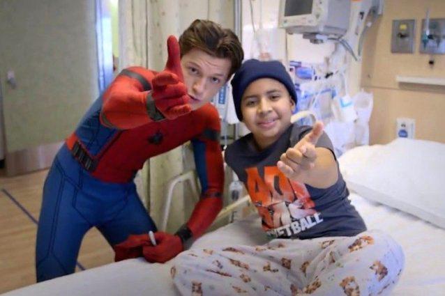 """""""Spider-Man: Homecoming"""", Tom Holland fa visita ai bimbi del Children's Hospital di L.A."""