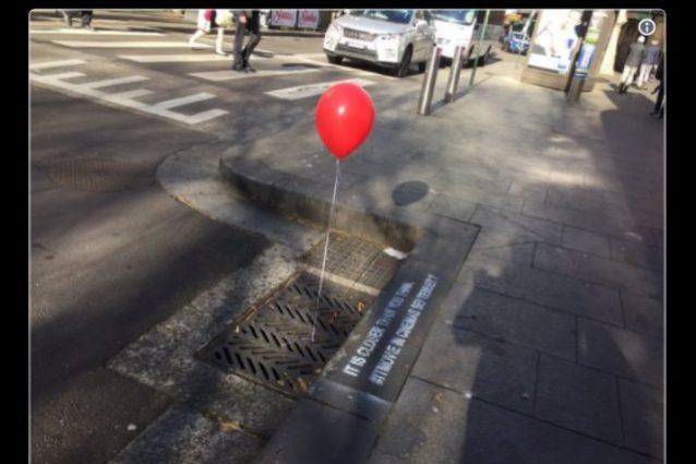 """Pubblicità di """"IT"""" inquieta i cittadini di Sydney, palloncino rosso esce dal tombino"""