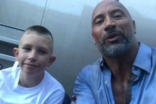 """Bimbo di 10 anni rianima il fratellino che sta annegando: """"L'ho visto fare da Dwayne Johnson in un film"""""""
