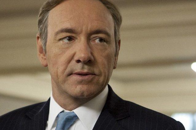 """Kevin Spacey indagato per molestie dalla polizia inglese, arrivano accuse anche dal set di """"House of Cards"""""""