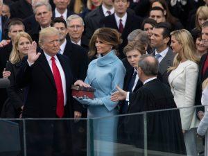 Donald Trump presta giuramento il 20 Gennaio 2017 durante la cerimonia d'investitura - Foto: Time
