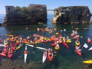 Primo Raduno Kayak Napoli: centinaia di partecipanti nelle acque di Posillipo