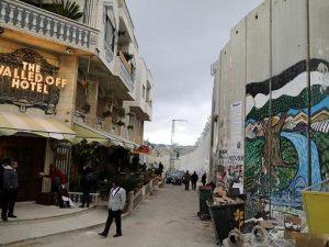 L'albergo con la vista peggiore al mondo, ennesima provocazione di Banksy