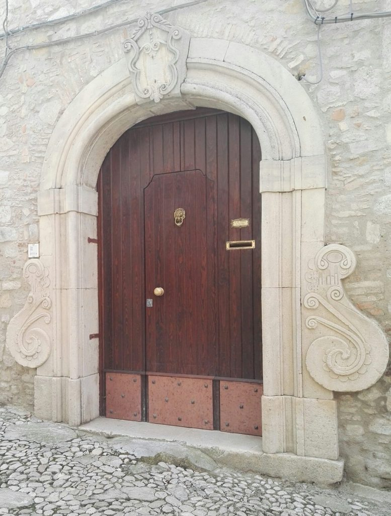 Uno degli 800 portali di pietra di un'abitazione del centro di Bovino