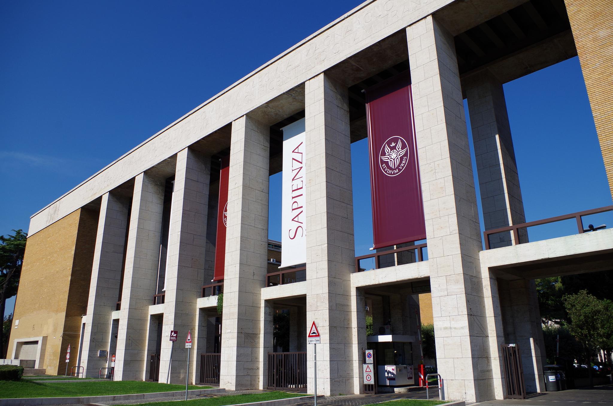 Soldi in cambio di esami denunciato ex prof di for Studi di architettura roma